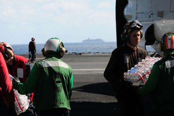 Personal del portaaviones 'Ronald Reagan' dejó su habitual rutina para l...