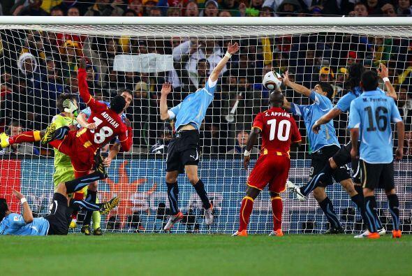 ''Fue la atajada del Mundial 2010'': Luis Suarez (tras la mano cometida...