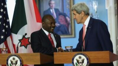 Pierre Nkurunziza, el presidente de Burundi, junto al secretario de Esta...