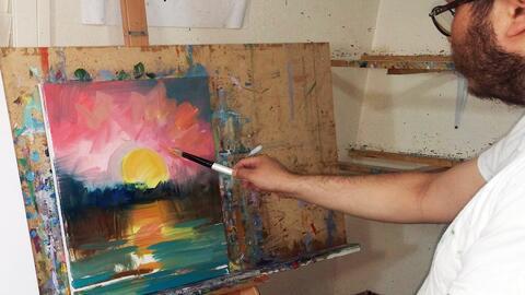 El pintor mexicano José Trujillo mientras pinta una de sus obras...