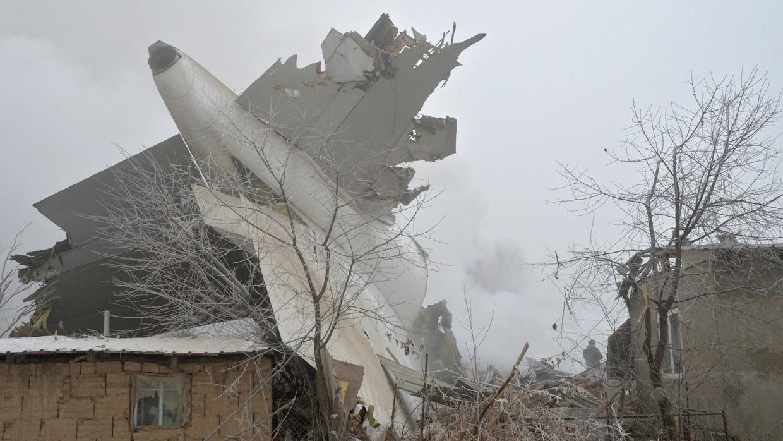 Cerca de 40 muertos al estrellarse un avión de carga turco sobre un pueb...