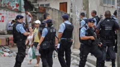 Policías custodian un acceso a una favela en Río de Janeiro durante un o...