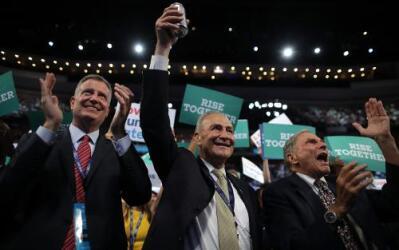 """¡Salud! Junto al alcalde De Blasio, el congresista Schumer """"brinda""""."""