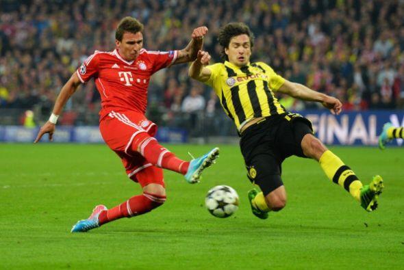Con el partido empatado el Bayern se lanzó al ataque y gener&oacu...