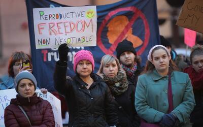 Un grupo de mujeres expresa su apoyo a las clínicas Planned Paren...
