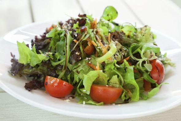 Es tiempo de comer y acompañar esta ensalada con un filete de pescado, d...