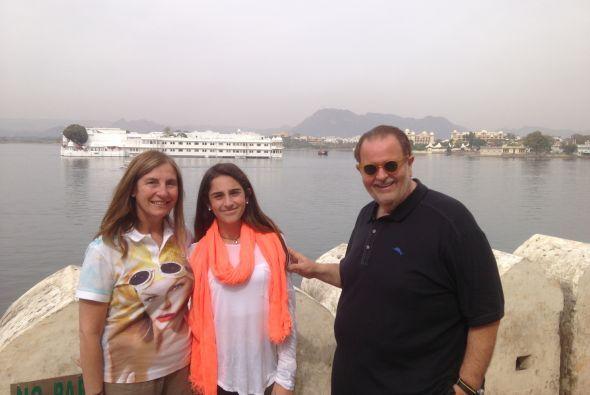 En Udaipur, Mily, Mía y Raúl aprovecharon para tomarse una foto del recu...