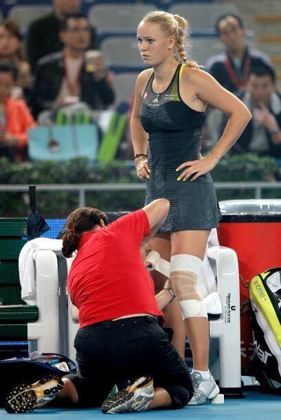 Durante el encuentro tuvieron que vendar la lesión para su protec...