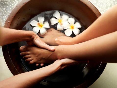 Para la pedicura, puedes colocar tus pies en un recipiente con el agua c...