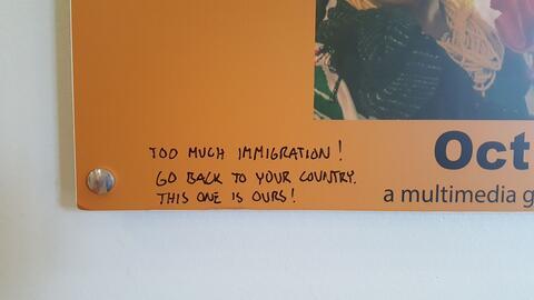 Escritos xenófobos sobre los afiches del museo