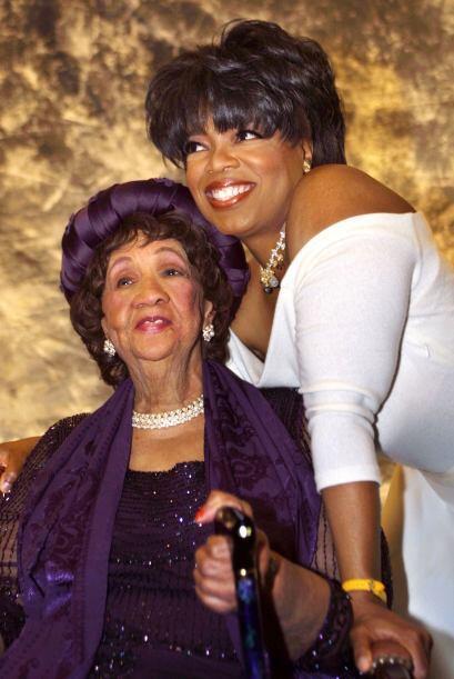 Oprah en 2002 con la doctora Dorothy Irene Height, durante un homenaje e...
