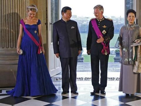 El rey Felipe de Bélgica y su mujer Matilde, posan junto el presidente d...