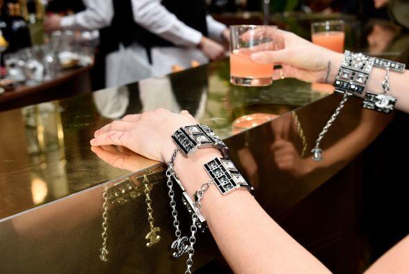 Cara Delevingne lució brazaletes con el logo de Chanel.