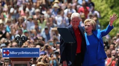 Bill y Hillary Clinton abrazados en lanzamiento de la candidatura en junio