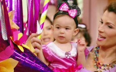 La piñata no podía faltar en la fiesta de Baby Michelle