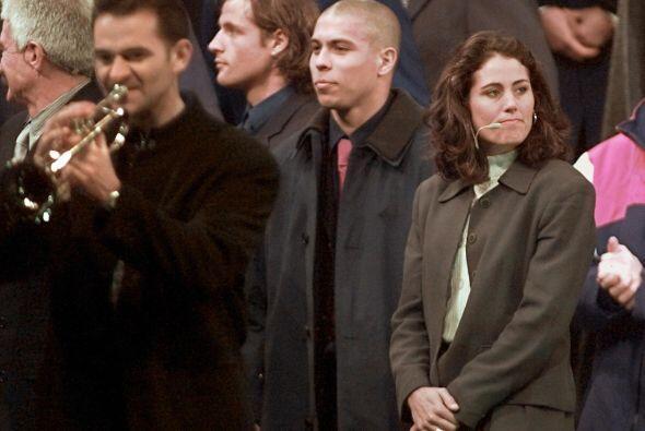 En España,  Ronaldo defendió la playera del Barcelona en 1996 y la del R...