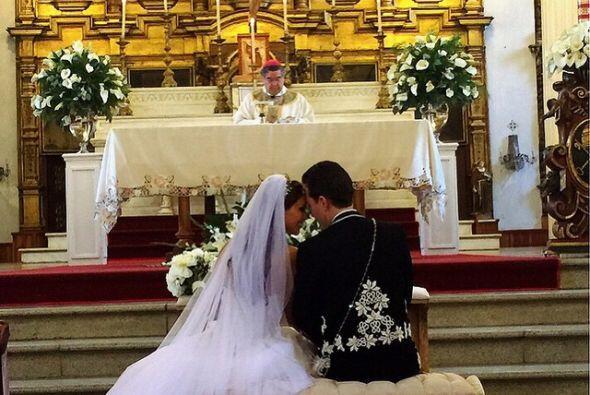 Manuel Velasco vistió un traje de charro para el enlace y ella el tradic...