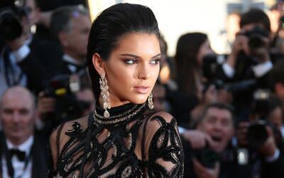 En esta foto del 15 de mayo del 2016, Kendall Jenner posa al llegar a la...