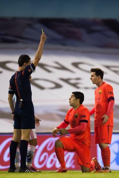 Por el Barcelona se llevaba la cartulina amarilla Luis Suárez, al igual...