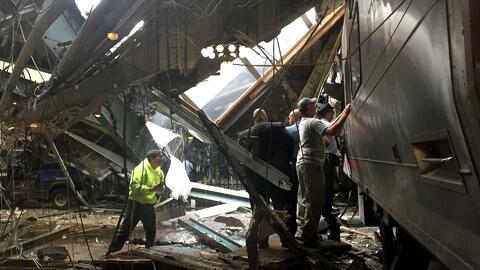 Recuperan caja negra del tren que se estrelló en estación de Nueva Jersey