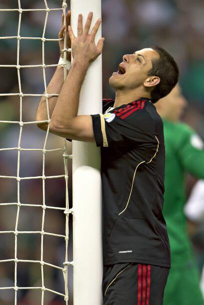 Los jugadores mexicanos comenzaban a reflejar su desesperación con gesto...