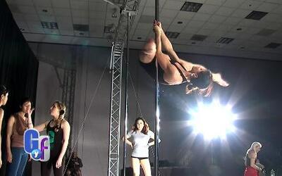 Convención de bailarines del tubo enseñan a bailar como toda una profesi...
