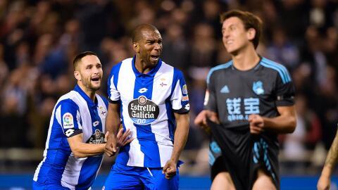 Ryan Babel celebracon Florin Andone, uno de los goles de La Coruñ...