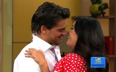 Cristian de la Fuente y Karla Martínez en una escena romántica de Amor B...