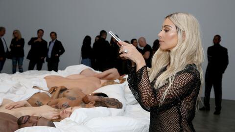 Kim Kardashian en la inauguración de la exhibición de 'Fam...