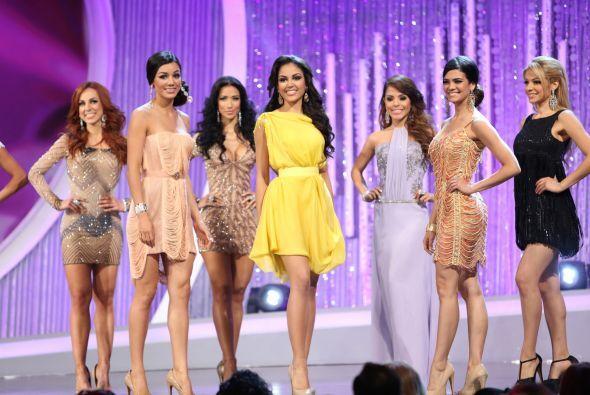 Las 10 aspirantes a la corona desfilaron en hermosos vestidos inspirados...
