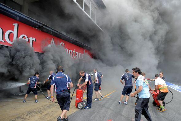 Algunos medios informaron que el incendio se debió a una explosi&...