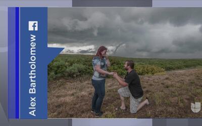 Tendencias en la red: pareja cazadora de tornados se compromete en plena...
