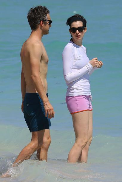 Anne decidió proteger su blanca piel con una playera deportiva bl...
