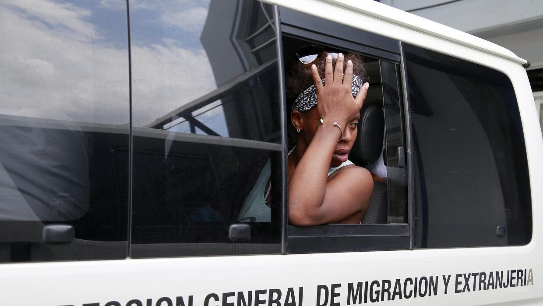 Cubana en un vehículo e migración en Costa Rica.