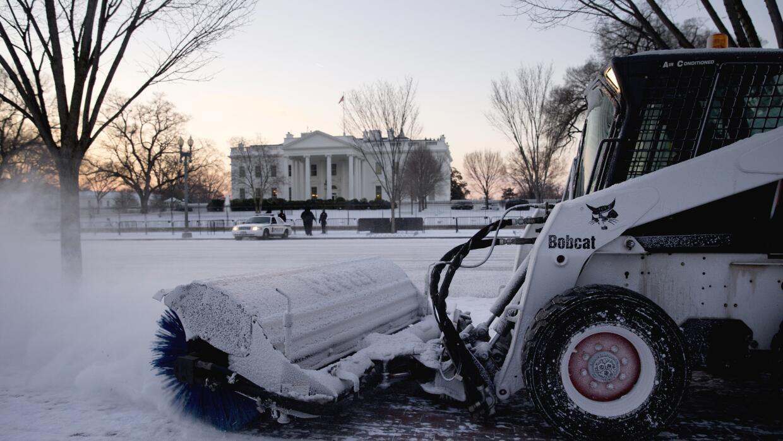 Limpian las vías frente a la Casa Blanca