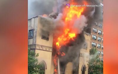 Un gigantesco incendio arrasa con la histórica sinagoga ortodoxa del Low...
