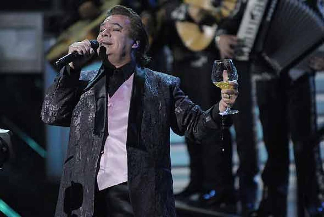 Con una copa en la mano, Juan Gabriel brindó con sus fans.