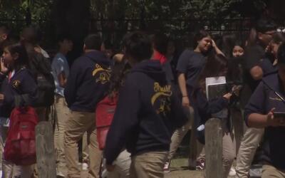 Voluntarios y padres acompañan a casa a alumnos de North Side en el últi...