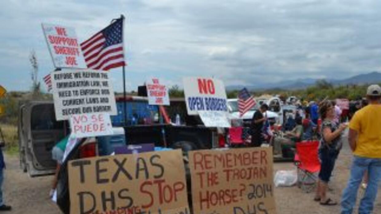 Con pancartas y hasta armados, manifestantes de un poblado de Arizona pr...