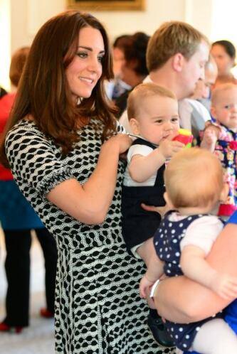Con un 'outfit' bastante cómodo, mamá y bebé brillaron en este acto públ...