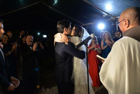 Todos aplaudieron al ver tan romántico momento.