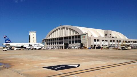 Terminal de pasajeros en el principal aeropuerto regional en Puerto Rico...