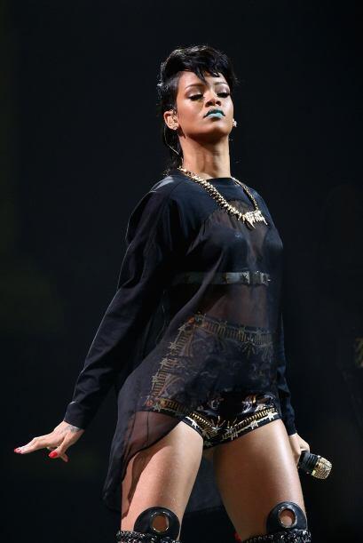 Rihanna también saca los colmillos y luce ropas transparentes negras y t...