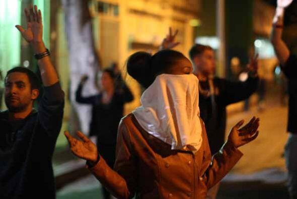 10 DE AGOSTO: Después de una velación callejera, algunas personas que pr...