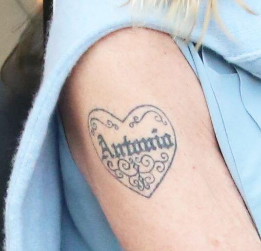 El acercamiento a su famoso tatuaje. Mira aquí los videos más chismosos