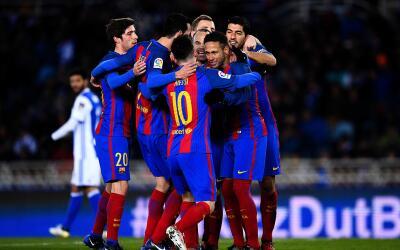 Los futbolistas del FC Barcelona celebran el tanto de Neymar ante la Rea...