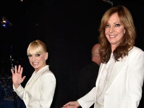 ¡Hola Anna! Faris y Allison Janney con smokings blancos listas par...
