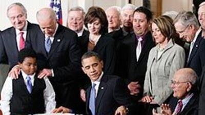 El presidente Barack Obama promulga la reforma de salud durante una cere...