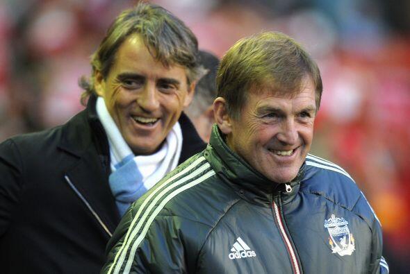 Los técnicos Roberto Mancini y Kenny Dalglish se saludaron de for...