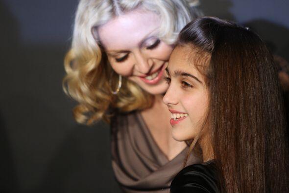 Lourdes es su mamá, mejorada. Tiene una belleza aún mas interesante que...